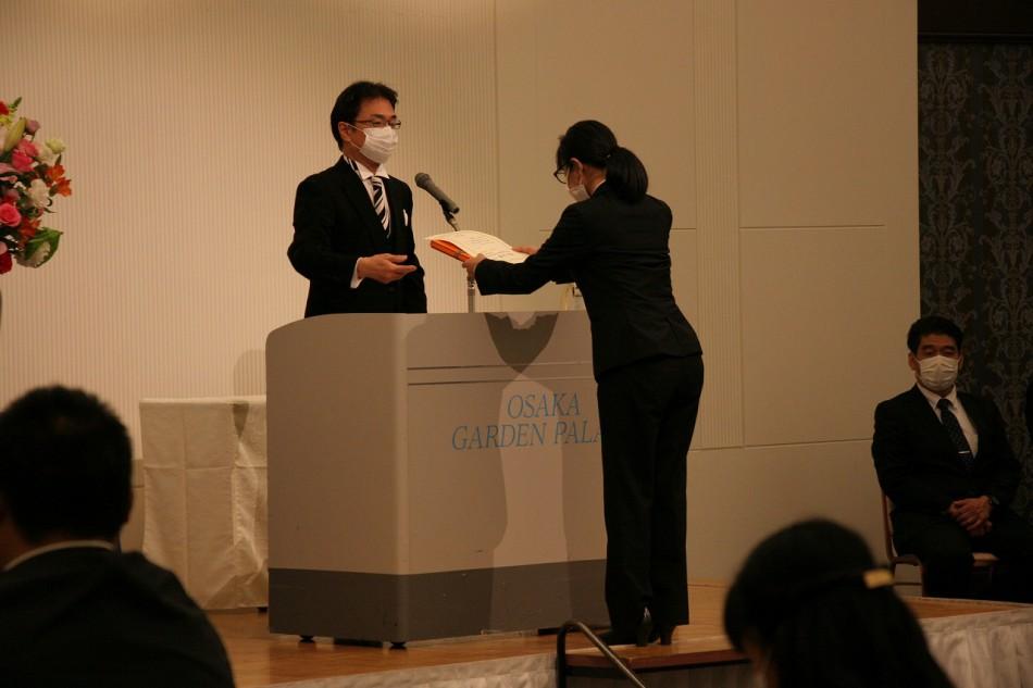 大阪動植物海洋専門学校卒業式での受賞者表彰